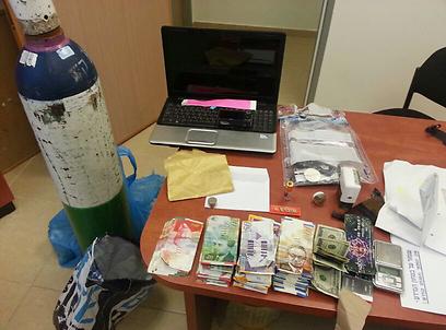 כסף וסמים נתפסו במסיבה  (צילום: באדיבות דובר מחוז שי)