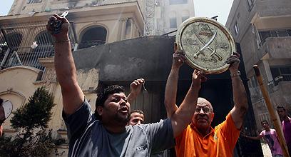 פורצים למטה האחים המוסלמים במצרים (צילום: EPA)