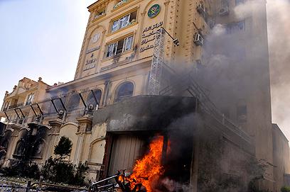 """מתנגדי השלטון הסתערו על מטה """"האחים המוסלמים"""" בקהיר והציתו אותו (צילום: EPA)"""