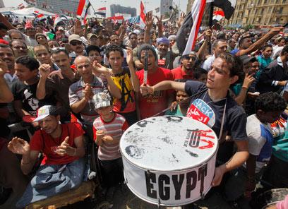 המפגינים בקהיר חוגגים בעקבות האולטימטום שהציב הצבא (צילום: AP)