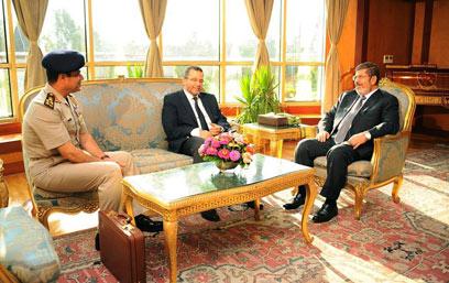 פגישה מתוחה. מורסי, ראש הממשלה קנדיל ומפקד הצבא א-סיסי (צילום: AP)