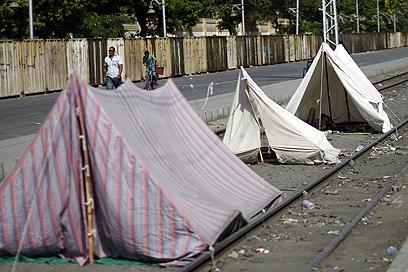 אוהלים מחוץ לארמון הנשיאות (צילום: AFP)
