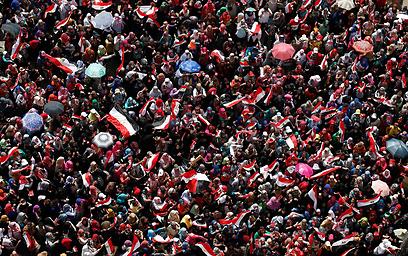 ההמונים בכיכר תחריר לפני פקיעת האולטימטום (צילום: רויטרס)