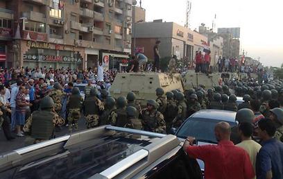 משוריינים באזור המסגד שלידו מפגינים תומכי מורסי