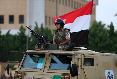 הצבא נכנס לרחובות קהיר (צילום: AP)