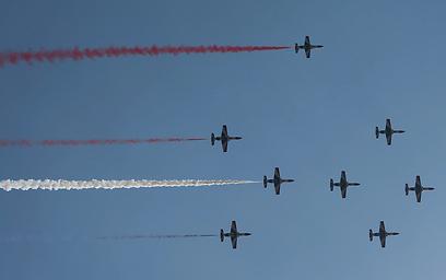 חיל האוויר המצרי צובע את השמיים בצבעי דגל הלאום, היום (צילום: רויטרס)