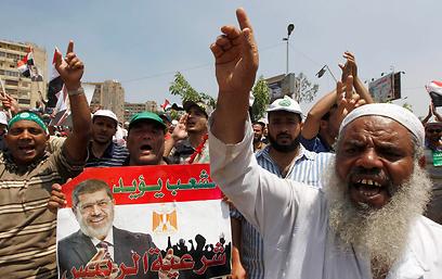 תומכי מורסי מפגינים היום במצרים (צילום: רויטרס)