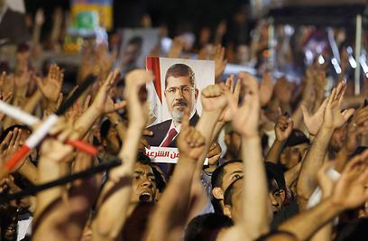 גם תומכיו של הנשיא המודח יצאו להשמיע את קולם (צילום: רויטרס)