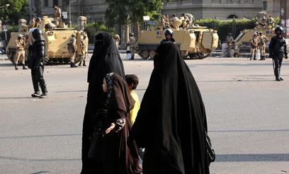 טנקים של צבא מצרים ברחובות קהיר בשישי (צילום: EPA)