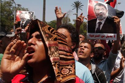 מפגינים בעד מורסי בצהריים בקהיר (צילום: רויטרס)