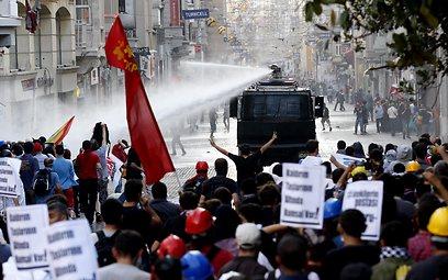 ההמונים חוזרים למחות באיסטנבול  (צילום: EPA)