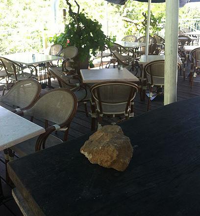 אבן גדולה שנזרקה אל המסעדה (צילום: מאור)