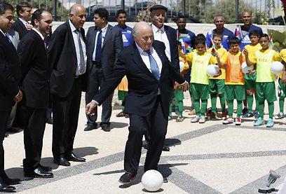 בלאטר בועט בכדור ברמאללה (צילום: רויטרס)
