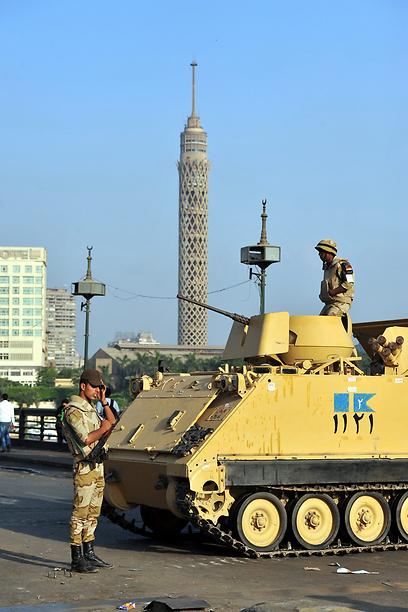 """""""הפיכה אנטי דמוקרטית"""". הצבא ברחובות קהיר (צילום: EPA)"""