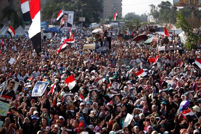 ההמונים לא עוזבים את כיכר תחריר (צילום: רויטרס)