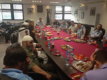 בכירי המגזר בישיבה מיוחדת עם קציני המשטרה (צילום: שאקר נאטור)