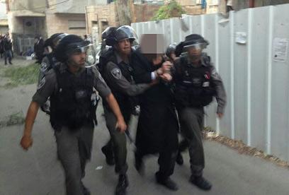 מעצר אחד החשודים (צילום: ניסן זאב)