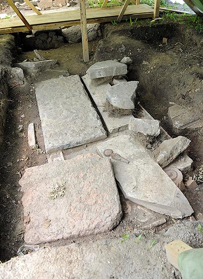 מצבות שנחשפו לאחרונה. עוד חפירות בשבועות הקרובים (צילום: AP)