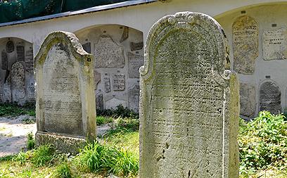 מצבות בבית הקברות. יגיע לרמה של בית הקברות בפראג (צילום: AP)