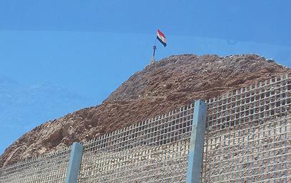 עמדה מצרית ליד גדר הגבול (צילום: יואב זיתון)