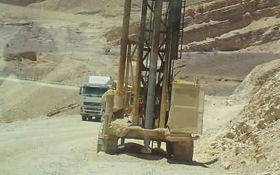"""כלים הנדסיים מבצעים """"פריצה"""" בהרי אילת (צילום: יואב זיתון)"""