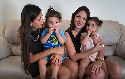 גילת ונויה קולנגי (מימין) יחד עם נטלי מנשה ובנה רום (צילום: ירון ברנר)