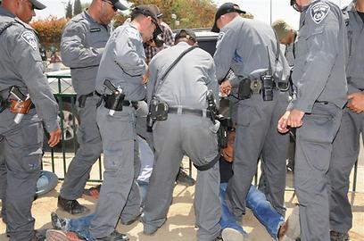 עצורים בהפגנה (צילום: הרצל יוסף)