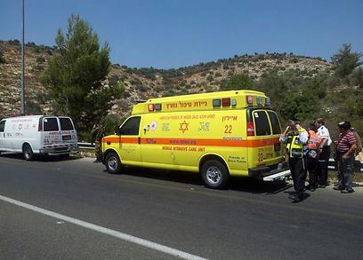 האמבולנס שבו פונתה הפעוטה לבית החולים (צילום: איתמר פליישמן)