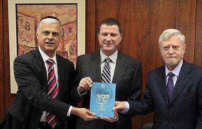 """מבקר המדינה מגיש את הדו""""ח ליו""""ר הכנסת וליו""""ר ועדת הביקורת (צילום: חיים צח)"""