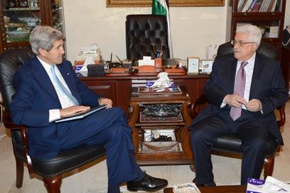 קרי בפגישה עם אבו מאזן בעמאן (צילום: גטי אימג'בנק)