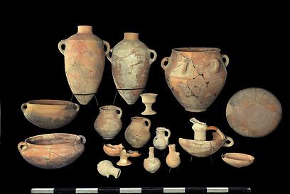 כלים שנמצאו באתר  (צילום: חברת  Skyview, באדיבות האוניברסיטה העברית ורשות העתיקות )