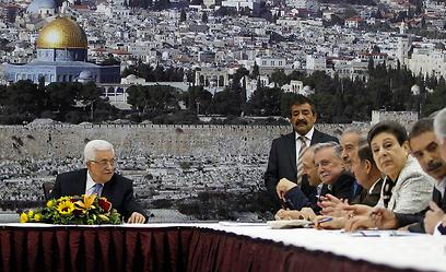 """אבו מאזן וחברי הוועד הפועל של אש""""ף. לא מתנגדים לפירוז (צילום: רויטרס)"""