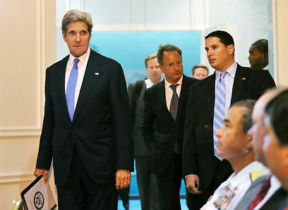 קרי בדרך לדוכן הנואמים. בילה את היום בפגישות מדיניות (צילום: AP)