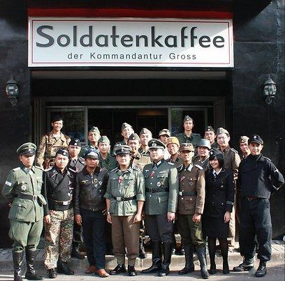מקומיים בבגדי נאצים למרגלות בית הקפה האינדונזי (מתוך פייסבוק הקפה)