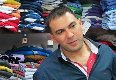 """באסל סורה, בעל חנות בגדים ברמאללה. """"אין צורך שפוקס תגיע. הסחורה שלנו יותר טובה"""" (צילום: חסן שעלאן)"""