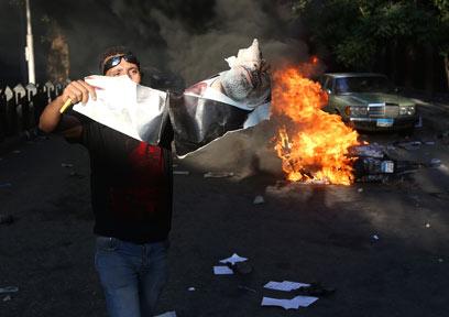 כ-100 הרוגים מאז הדחת מורסי. מצרים בוערת (צילום: AP)