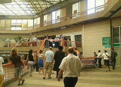 """אזור האירוע, הבוקר במרכז """"כלל"""" בירושלים (צילום: איציק בן שושן)"""