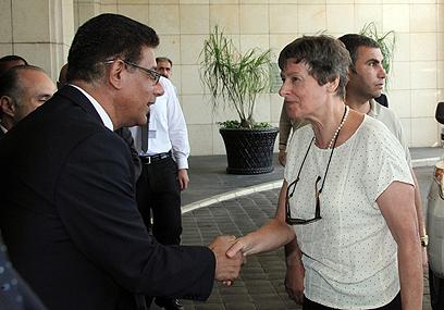 קיין מגיעה למלון בדמשק (צילום: EPA)