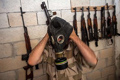 מורד מודד מסכת גז, שלל מצבא סוריה (צילום: AFP)