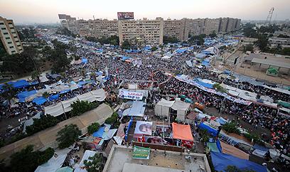 מחנה תומכיו של מורסי מחוץ למסגד בקהיר (צילום: AFP)