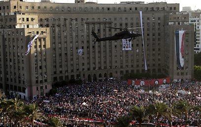 המסוקים שלהבו את הקהל (צילום: EPA)