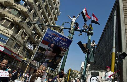 תמונתו של א-סיסי מתנוססת על כרזה בכיכר תחריר (צילום: AFP)