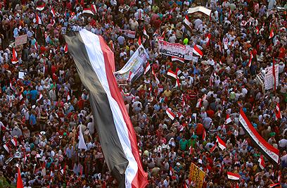 ההמונים עם דגלי מצרים (צילום: רויטרס)