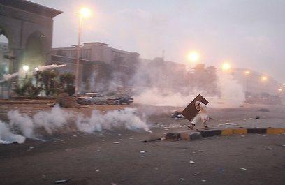 המהומות פרצו לאחר שהמשטרה ניסתה לפזר מפגינים בגז מדמיע (צילום: רויטרס)