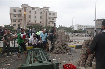 המפגינים בנאסר סיטי בקהיר, לפנות בוקר (צילום: רויטרס)