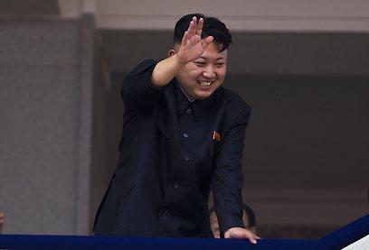 קים ג'ונג און מנופף לקהל (צילום: AP)