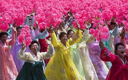 לא רק חיילים. רקדניות בלבוש מסורתי (צילום: AP)