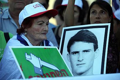 הפגנת המשפחות השכולות מול קריית הממשלה (צילום: גיל יוחנן)