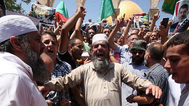 גם בירושלים מחו עשרות נגד פעילות הצבא המצרי (צילום: EPA)
