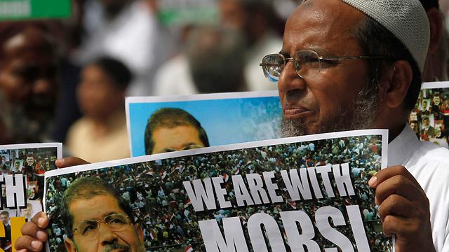 """""""אנחנו עם מורסי"""". מפגינים בקראצ'י שבפקיסטן  (צילום: רויטרס)"""